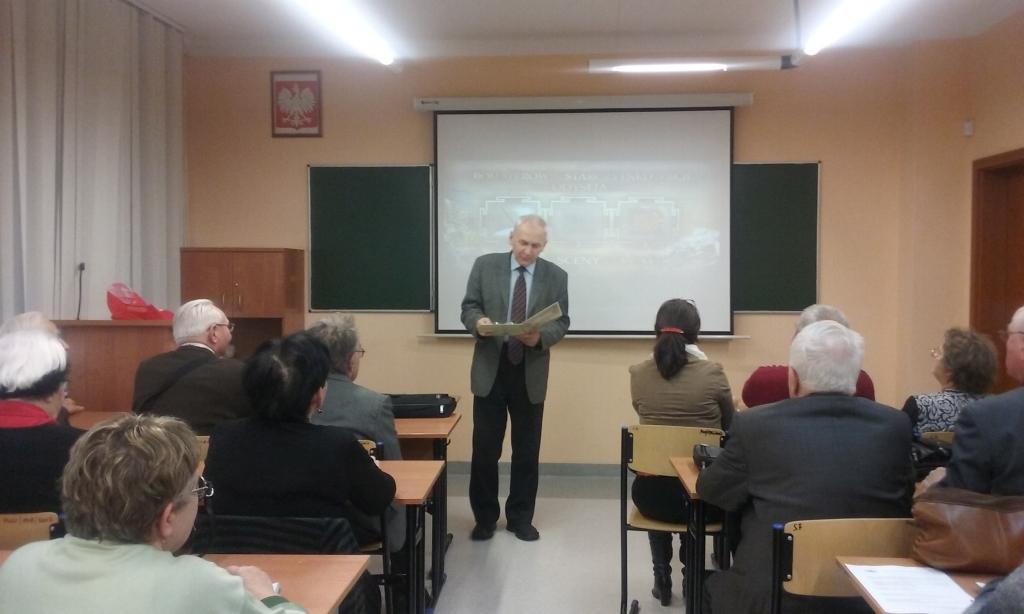 Rektor Antonii Gawron poczas wykładu ze słuchaczami Sandomierskiego UTW
