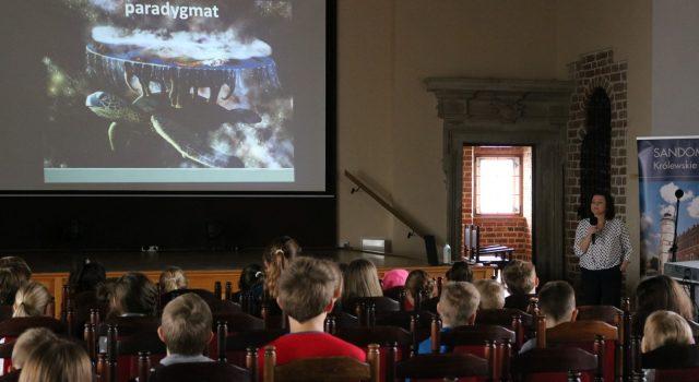 Młodzież podczas wykładu dla muzealnego uniwesytetu dzieciecego