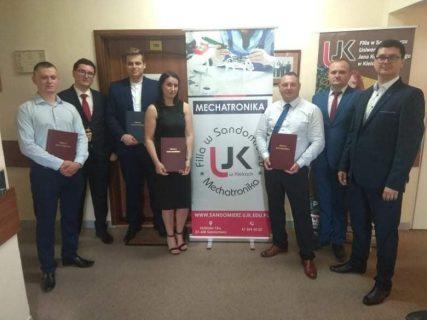 Absolwenci kierunku mechatronika wraz ze składek komisji dr Wojciech Iwanicki, dr Ireneusz Musiałek