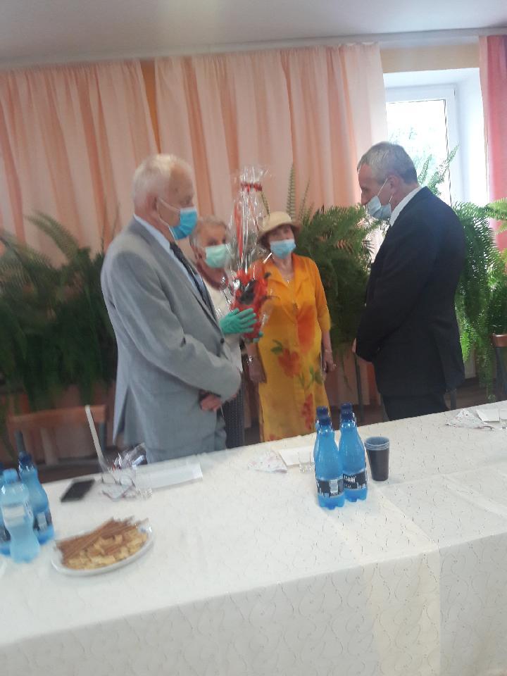 Dziekan Piotr Sobolewski wraz ze studentami 3 wieku